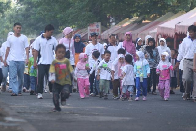 Jalan sehat bersama keluarga di Family Day